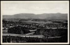Jelenia Góra - widok ogólny na tle Karkonoszy - widoczne wzgórze Krzywoustego i wiadukt kolejowy [Dokument ikonograficzny]