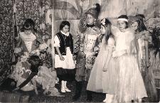 """""""O wiośnie i rycerzu ze złotym promieniem"""" w wykonaniu czytelników Oddziału Dziecięcego MBP w Jaworze lata 1960, zdjęcie 3"""
