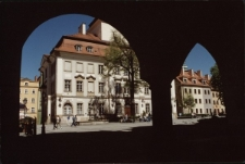 Jelenia Góra, Plac Ratuszowy - widok spod arkad (fot.4) [Dokument ikonograficzny]