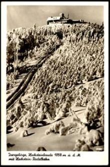 """Góry Izerskie - widok na schronisko """"Na Wysokim Kamieniu"""" zimą, widoczny tor saneczkowy [Dokument ikonograficzny]"""