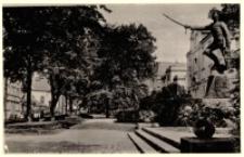 Jelenia Góra - ul. Bankowa - widok od str. Pl. Wyszyńskiego - pomnik Hrabiego Waldersee [Dokument ikonograficzny]