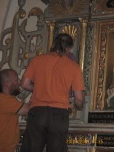 Rzeźby - montaż w kościele 4 [Dokument ikonograficzny]