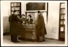 Barbara Czarnota i Władysław Kowalczyk w ksiegarni w Jeleniej Górze [Dokument ikonograficzny]