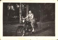 Janina Pawluk na motocyklu, ok. 1960 r. [Dokument ikonograficzny]