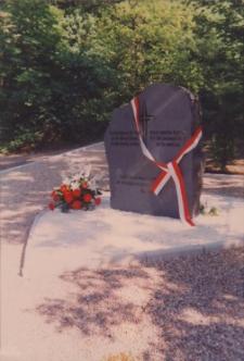 Odsłonięcie pomnika na starym cmentarzu ewangelickim w Obornikach Śląskich przy ul. Kasztanowej, 18.05.1998 r. (fot. 1) [Dokument ikonograficzny]