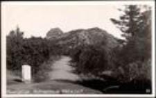 Karkonosze - widok ze szlaku na Szrenicę i schronisko Na Szrenicy [Dokument ikonograficzny]