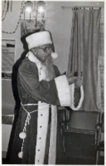 Impreza mikołajkowa w świetlicy Koła Gospodyń Wiejskich w Piekarach, 5.12.1990 r. (fot. 1) [Dokument ikonograficzny]