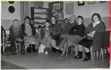 Impreza mikołajkowa w świetlicy Koła Gospodyń Wiejskich w Piekarach, 5.12.1990 r. (fot. 5) [Dokument ikonograficzny]