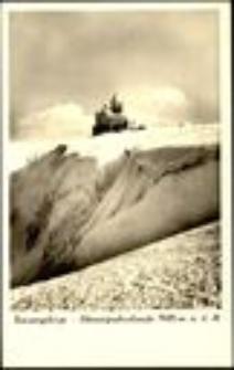 Karkonosze - widok na Śnieżne Kotły i schronisko zimą [Dokument ikonograficzny]