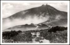 """Karkonosze - widok ze szlaku na Śnieżkę, schronisko """"Wielkie"""" (nieistniejące) na Śnieżce oraz schronisko Pod Śnieżką [Dokument ikonograficzny]"""