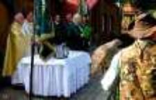 """Ceremonia poświęcenia nowego sztandaru Koła Łowieckiego """"Darz Bór"""" z Jeleniej Góry 2 [Dokument ikonograficzny]"""