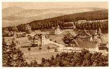Riesengebirge. Ober-Brückenberg mit Brodbaude, 870 m ü. M. und Blick nach der Schneekoppe [Dokument ikonograficzny]