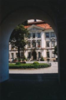 Plac Ratuszowy - widok spod arkad (fot.2) [Dokument ikonograficzny]
