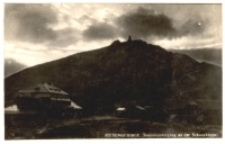 Karkonosze - zachód słońca nad Śnieżką, na pierwszym planie widoczne schronisko Pod Śnieżką [Dokument ikonograficzny]