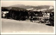 Szklarska Poręba Górna - hotel uzdrowiskowy na tle gór [Dokument ikonograficzny]