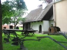 Jelenia Góra : Muzeum Karkonoskie - maszyny rolnicze (fot.2) [Dokument ikonograficzny]