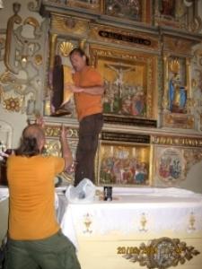 Rzeźby - montaż w kościele 3 [Dokument ikonograficzny]