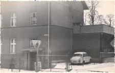Pierwsza siedziba biblioteki publicznej w latach 1949-1953 w Obornikach Śląskich przy ul. Łokietka (na 1 piętrze), lata 70. XX w. [Dokument ikonograficzny]