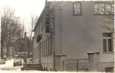 Druga siedziba biblioteki publicznej w Obornikach Śląskich przy ul. Dworcowej (Później kino Astra), lata 70. XX w. [Dokument ikonograficzny]