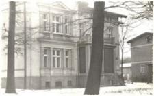 Siedziba biblioteki publicznej przy ul. Dworcowej 44 w Obornikach Śląskich w latach 1972-1980 (obecnie budynek mieszkalny), lata 70. XX w. [Dokument ikonograficzny]
