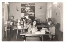 Młodzież z liceum pedagogicznego w bibliotece publicznej w Obornikach Śląskich - wystawa o Mikołaju Koperniku, 1973 r. [Dokument ikonograficzny]