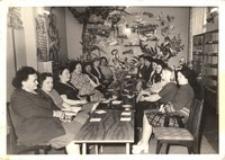 Fotografie ze spotkań w bibliotece publicznej, 1973-1975 r. [Dokument ikonograficzny]
