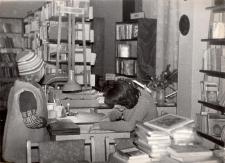 Biblioteka publiczna w Obornikach Śląskich podczas wypożyczeń: na zdjęciu pracownik sezonowy Katarzyna Rychwalska, 1978 r. [Dokument ikonograficzny]