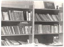 Wnętrze punktu bibliotecznego w Urazie, podległego bibliotece publicznej w Obornikach Śląskich, a mieszczącego się w Szkole Podstawowej w Urazie, 1979 r. [Dokument ikonograficzny]