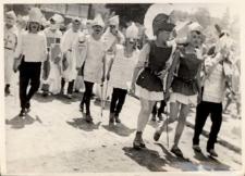 Pochód postaci literackich, organizowany wspólnie z obornickimi szkołami i ośrodkiem kultury, wiosna 1980 r. [Dokument ikonograficzny]