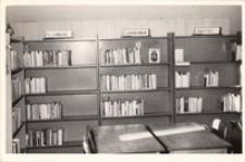 Wnętrze filii biblioteki w Pęgowie, 1981 r. [Dokument ikonograficzny]