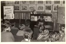 Prelekcja Danuty Jędrowiak z Wojewódzkiej i Miejskiej Biblioteki Publicznej we Wrocławiu zorganizowane przez bibliotekę publiczną w Obornikach Śląskich w ośrodku kultury, czerwiec 1982 r. [Dokument ikonograficzny]