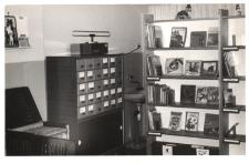 Wnętrze nowej filii w Lubnowie Miejskiej i Gminnej Biblioteki Publicznej w Obornikach Śląskich, 1986 r. [Dokument ikonograficzny]