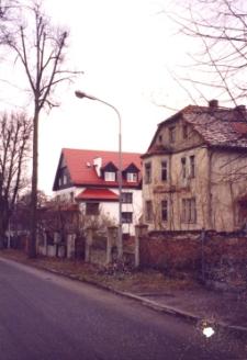 Budynki przy ul. Józefa Poniatowskiego w Obornikach Śląskich, 1998 r. (fot. 1) [Dokument ikonograficzny]