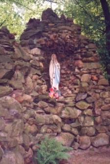 Grota z figurą Najświętszej Marii Panny przy kościele pw. Najświętszego Serca Pana Jezusa w Obornikach Śląskich przy ul. Wyszyńskiego, 1998 r. [Dokument ikonograficzny]