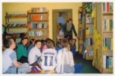 Poznajemy bibliotekę : zajęcia w bibliotece z uczniami ze Szkoły Podstawowej nr 3, prowadzone przez Annę Kuczyńską, 20.10.2003 r. [Dokument ikonograficzny]