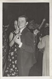 Bale karnawałowe dla obornickich zakładów pracy w sali teatralnej Obornickiego Ośrodka Kultury, styczeń 1976 r. [Dokument ikonograficzny]