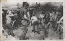 Obornicka młodzież porządkuje na wiosnę miasto w czynie społecznym, kwiecień 1976 r. [Dokument ikonograficzny]