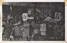 Pochód pierwszomajowy mieszkańców miasta i gminy ulicami Obornik Śląskich, 1.05.1976 r. [Dokument ikonograficzny]