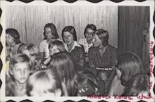 Spotkania wczasowiczów oraz dzieci i młodzieży z różnych kolonii letnich organizowanych w Obornikach Śląskich w sali widowiskowej Obornickiego Ośrodka Kultury, 7-8.1976 r. [Dokument ikonograficzny]