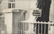 Przysypana śniegiem tabliczka wskazująca kierunek dojścia do toru saneczkowego w Obornikach Śląskich, 1976-1977 r. [Dokument ikonograficzny]