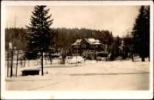 """Szklarska Poręba Górna - zimowy widok na dom wypoczynkowy """"Landhaus Schlesien"""" [Dokument ikonograficzny]"""