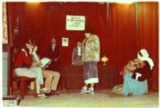 """Fragment spektaklu teatralnego """"Nie ma miejsca w hotelu"""": scena w hotelowej recepcji, 24.01.1984 r. [Dokument ikonograficzny]"""
