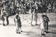 Wakacyjnym grom i zabawom dzieci w sali widowiskowej przygląda się liczna dziecięca publiczność, lipiec – sierpień 1984 r. [Dokument ikonograficzny]