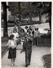 Zdjęcie mieszkańców Piekar wnoszących do Obornickiego Ośrodka Kultury eksponaty na wystawę staroci, marzec 1985 r. [Dokument ikonograficzny]