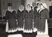 Zdjęcie zespołu śpiewaczego z Piekar podczas występu z okazji Dnia Seniora w Klubie Rolnika w Osoli, 9.11.1986 r. [Dokument ikonograficzny]