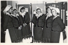 Zdjęcie zespołu śpiewaczego z Piekar podczas spotkania w Obornickim Ośrodku Kultury muzykujących rodzin, grudzień 1986 r. [Dokument ikonograficzny]