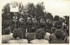 Zdjęcie zespołu śpiewaczego Koła Gospodyń Wiejskich z Piekar podczas występu w Urazie z okazji Święta Ludowego, 22.05.1988 r. [Dokument ikonograficzny]