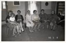 Zdjęcie z imienin Rozalii Drymuchowej w świetlicy Koła Gospodyń Wiejskich w Piekarach, 9.05.1990 r. [Dokument ikonograficzny]