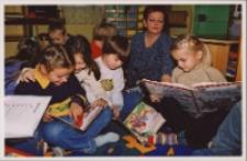 Zajęcia z przedszkolakami w Bibliotece im. Jarosława Iwaszkiewicza w Obornikach Śląskich, ok. 2007 r. (fot. 3) [Dokument ikonograficzny]