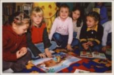 Zajęcia z przedszkolakami w Bibliotece im. Jarosława Iwaszkiewicza w Obornikach Śląskich, ok. 2007 r. (fot. 5) [Dokument ikonograficzny]